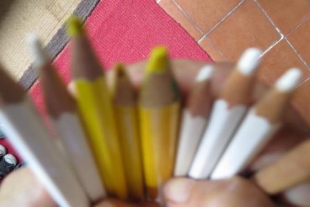crayons jaunes et blancs